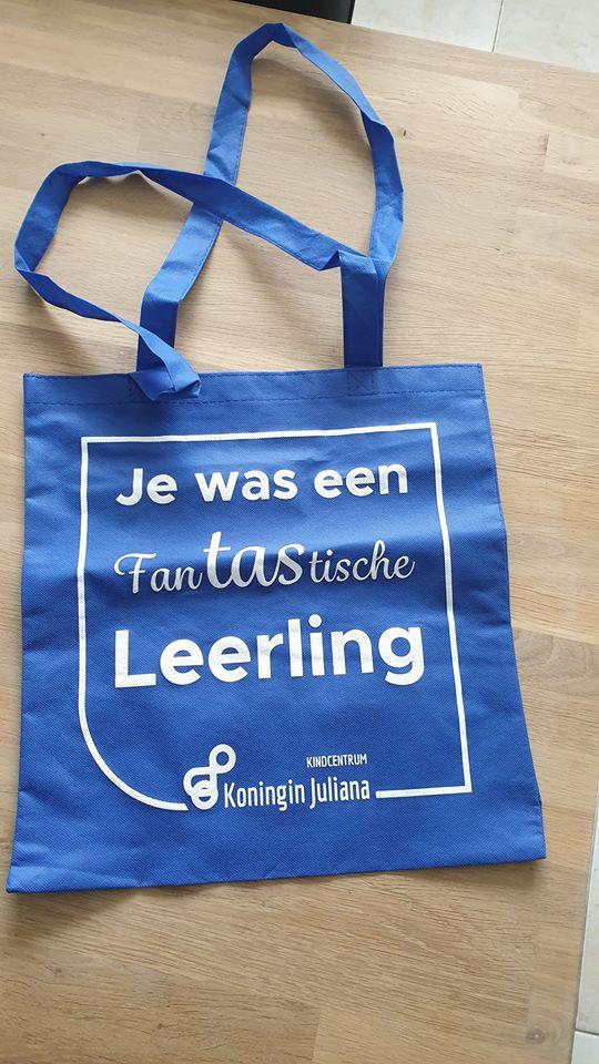 blauw bedrukte boodschappentas voor kindcentrum koningin Juliana in Woudenberg