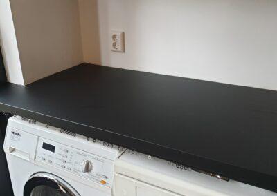 mat zwarte interieurfolie aangebracht op een aanrechtblad